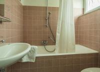 Badezimmer mit Wannendusche
